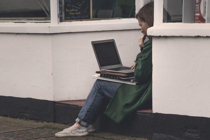 Internet na wakacjach – co każdy wczasowicz wiedzieć powinien?